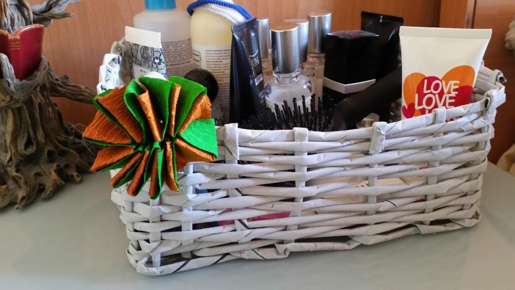 cesta de papel con flor de papel