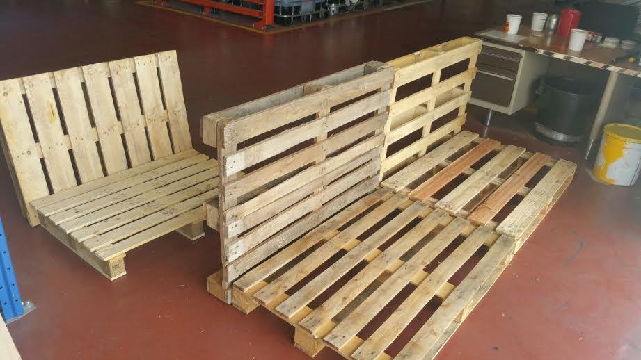 C mo hacer una terraza con palets for Sofa de madera para terraza