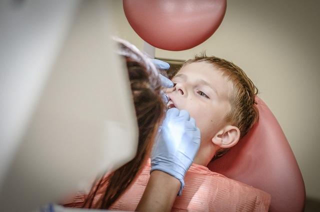 ¿Cómo manejar el miedo de los niños al dentista?
